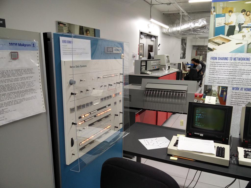 左边的是 Console,右边的是 Terminal(图片来源:带你逛西雅图活电脑博物馆)